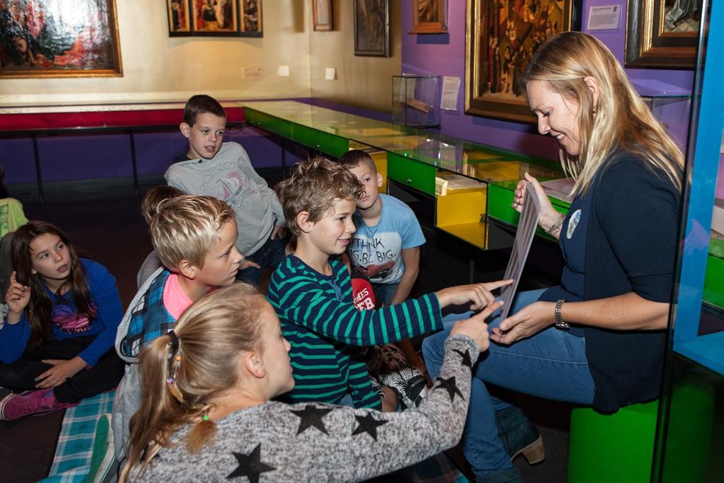 Een basisschool uit Eemnes op bezoek bij de tentoonstelling 'Feest! Weet wat je viert' in het Catharijneconvent te Utrecht. Fotografie: Museum het Catharijneconvent.